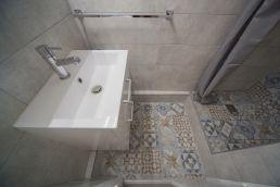 Pose d'un sol imitation carreaux de ciment dans cette salle d'eau toulousaine, par Tholus