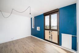 Du bleu au mur de ce petit appartement toulousain et qui habille subtilement l'espace, par Tholus